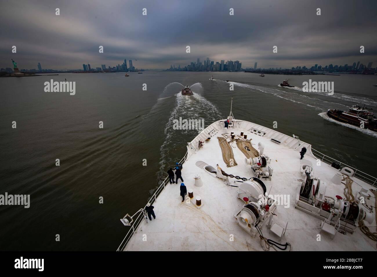 New York, Vereinigte Staaten von Amerika. März 2020. Das US Navy Military Sealift Command Hospitalschiff USNS Comfort fährt den Hudson River hinauf, um bei Ankunft im Hafen von New York am Pier 90 anzudocken, am 30. März 2020 in New York City, New York. Der Comfort setzt sich zur Unterstützung der COVID-19-Reaktionsbemühungen der Nation in die Stadt ein. Kredit: Sara Eshleman/USA Navy/Alamy Live News Stockfoto