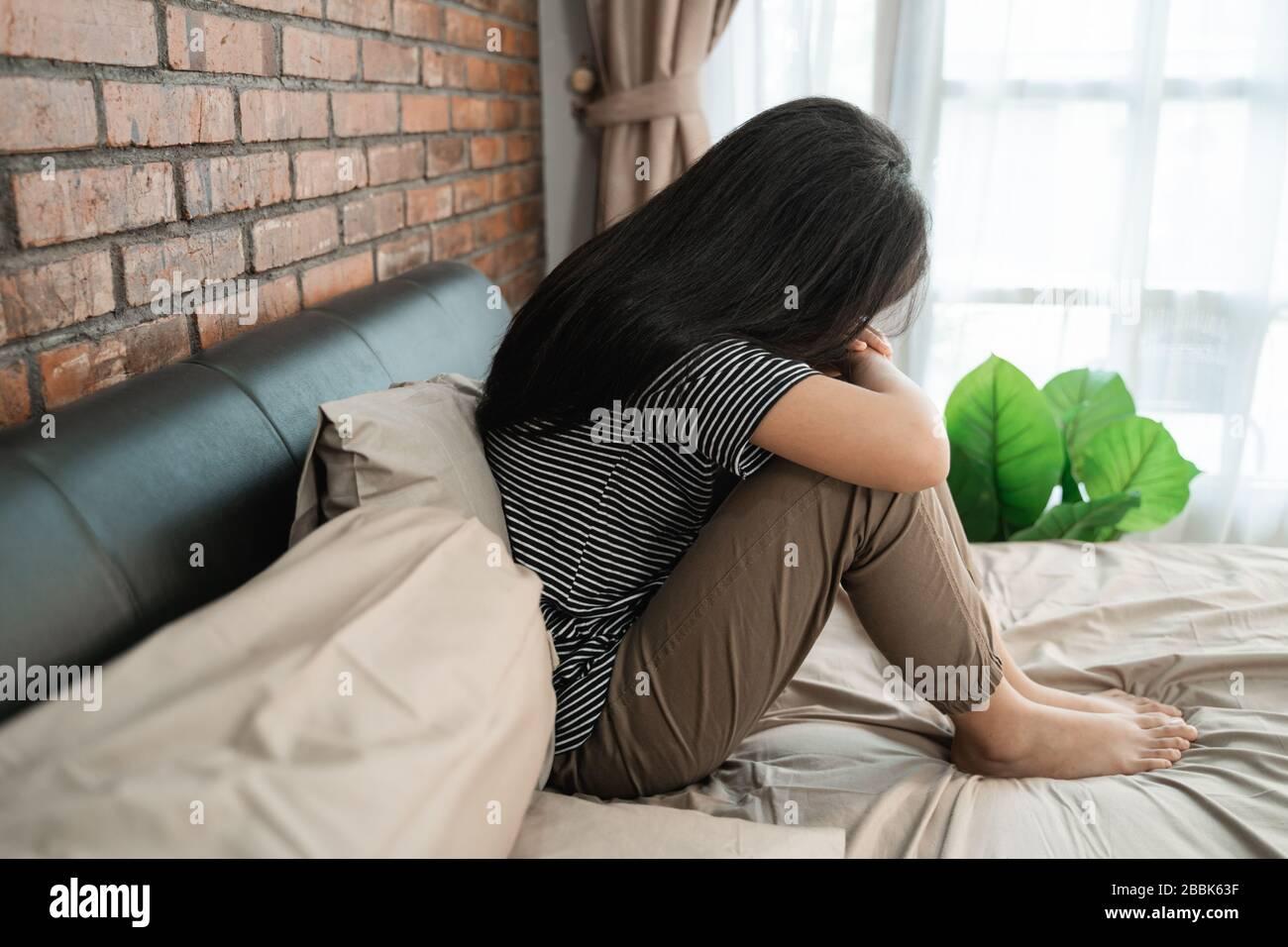 Peer-Druck. Depression bei Teenager-Mädchen-asiaten. Weiblicher Kinderstress beim Auflegen auf das Bett Stockfoto