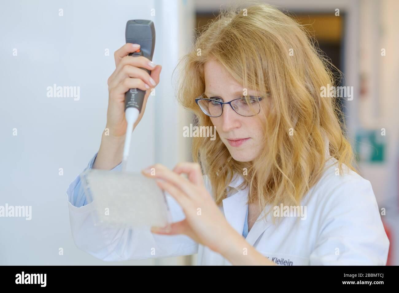Brunswick, Deutschland. April 2020. Die Wissenschaftlerin Katharina Kleilein pipettiert im Labor des Life-Science-Unternehmens Yumab Antikörper auf eine Elisa-Platte. Das Start-up-Unternehmen untersucht die Entwicklung von menschlichen Antikörpern und versucht, Medikamente gegen Covid-19 zu entwickeln. Credit: OLE Spata / dpa / Alamy Live News Stockfoto