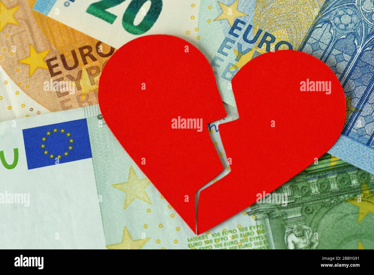 Gebrochenes Herz auf der Euro-Banknote - Konzept der Liebe und der Geldbeziehung Stockfoto