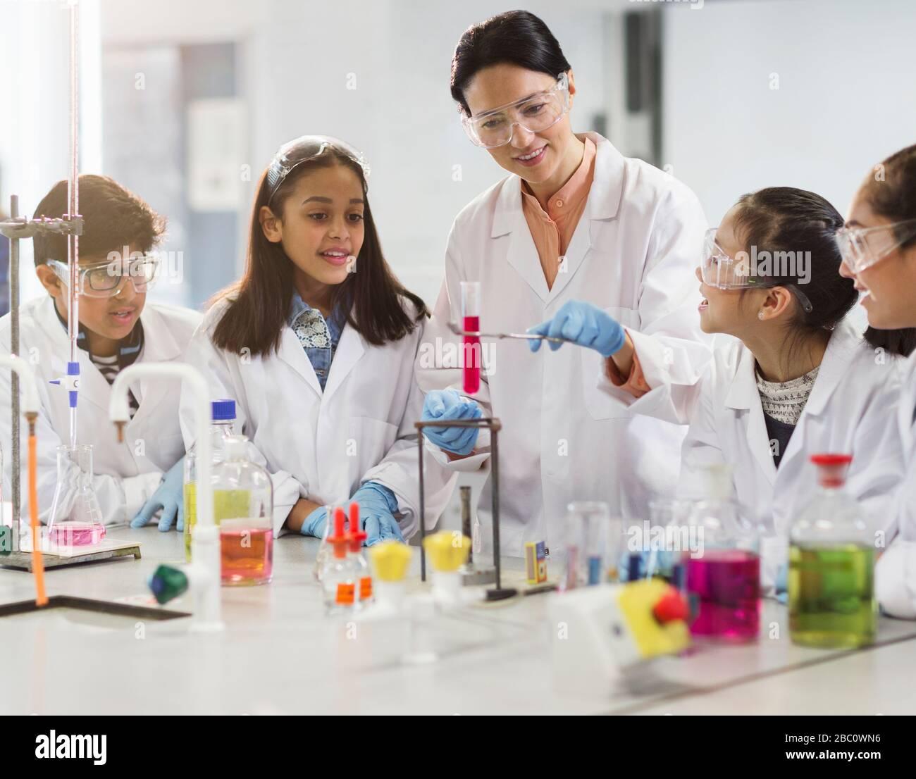 Lehrerinnen und Studenten, die wissenschaftliche Experimente im Laborunterricht durchführen Stockfoto
