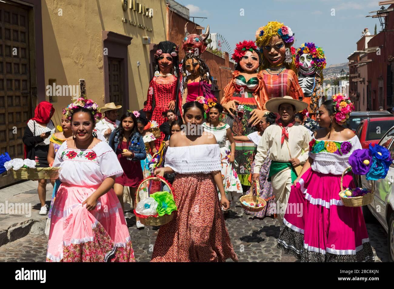 Mexiko, Guanajuato State, San Miguel de Allende, 'Desfile de Gigantes', Mojigangas, wie sie formal genannt werden, haben ihren Ursprung in Spanien Stockfoto