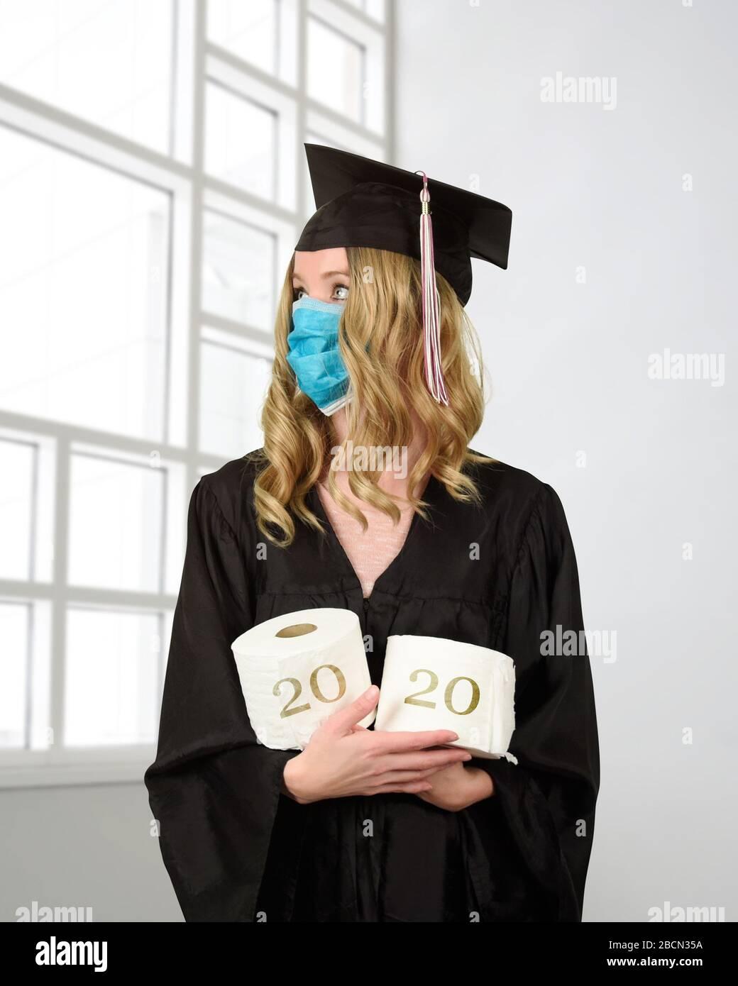 Ein Student trägt ein abschlusskaper und eine Robe, die Toilettenpapier für ein humorvolles Konzept der Klasse von 2020 Coronavirus Pandemie der Kovid-10 hält Stockfoto