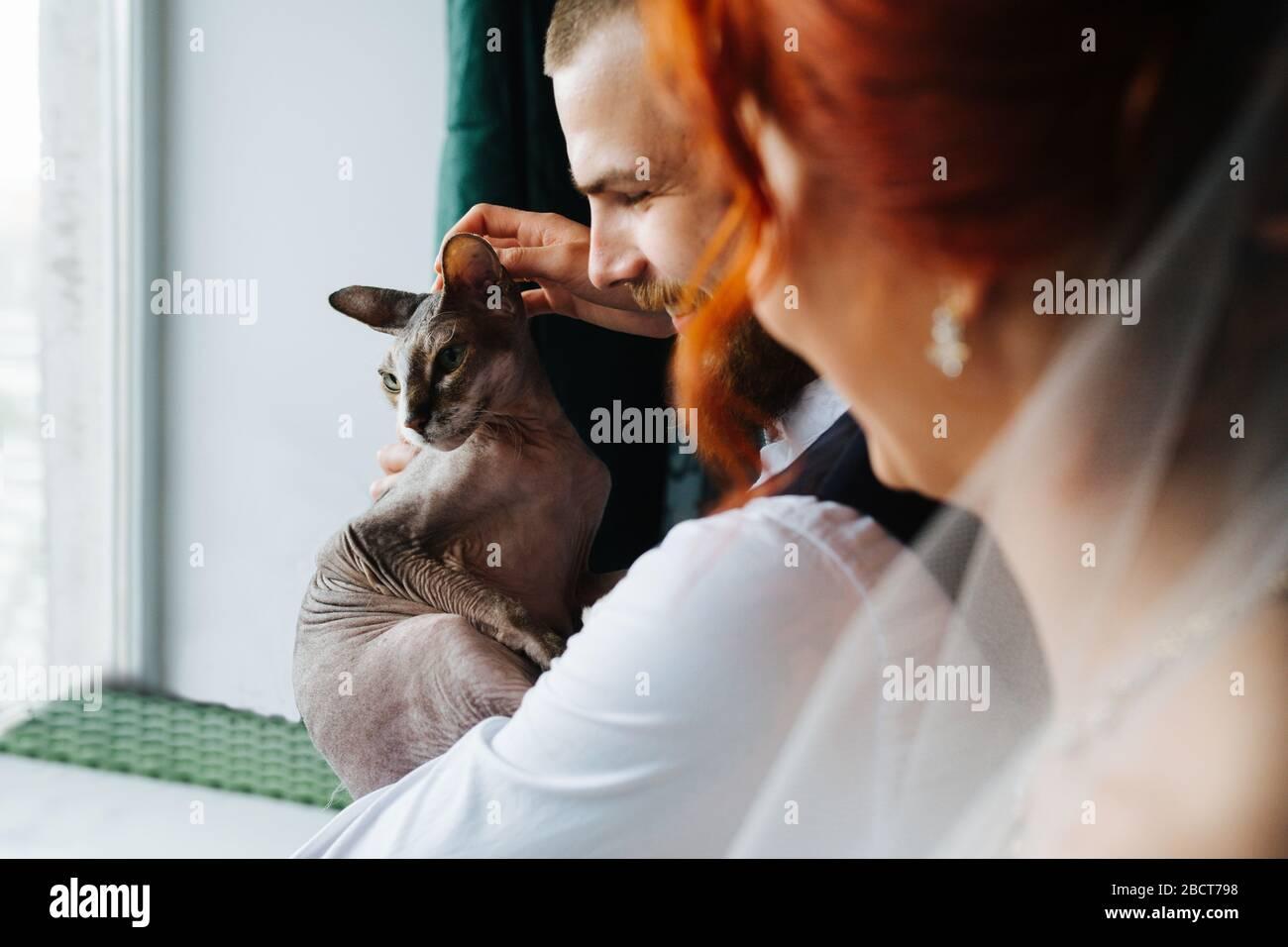 Neue Familie. Ehemann, Frau und ihre haarlose sphynx-katze Stockfoto