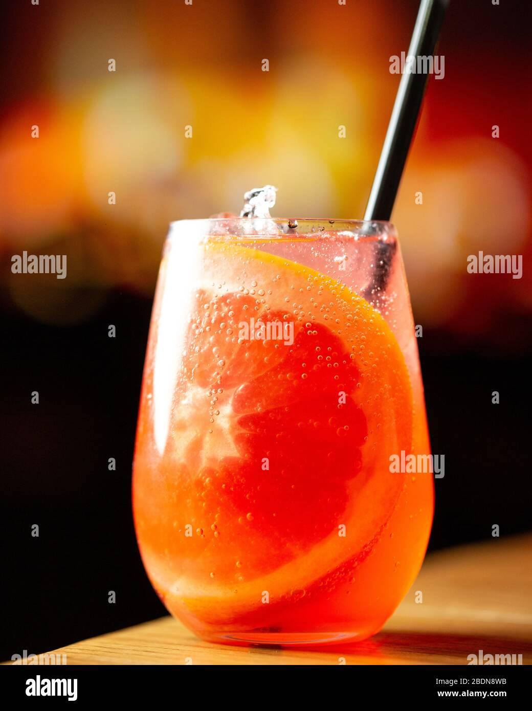 Erfrischender Coctail mit Orangenscheibe Stockfoto
