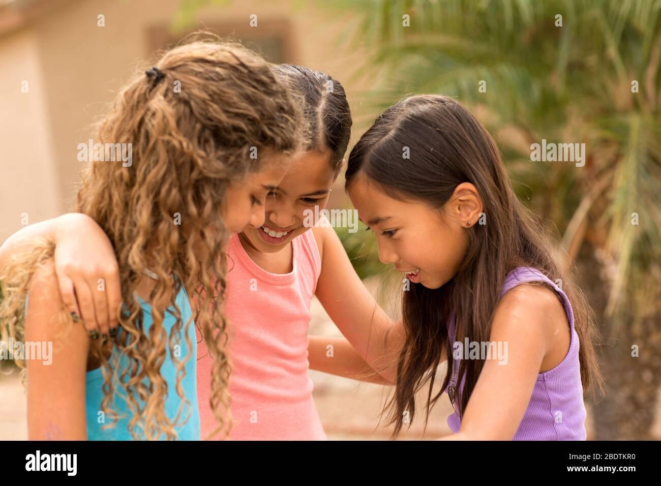 Diverse Gruppe von Freunden spielen und lachen. Stockfoto