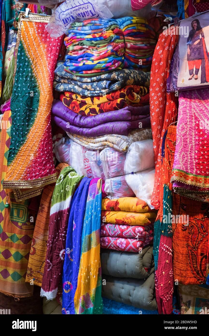 Bunte Kleidung zum Verkauf Jindani Chowk Jaisalmer Rajasthan Indien Stockfoto