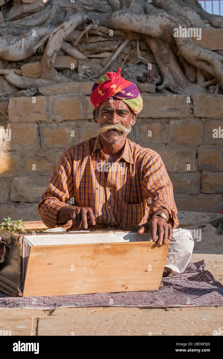 Lokaler Musiker am Gadisar Lake Jaisalmer Rajasthan Indien Stockfoto