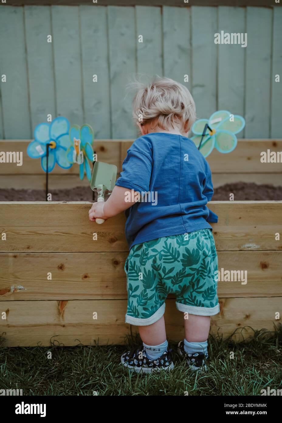 Kleiner Junge Kleinkind im Garten Stockfoto