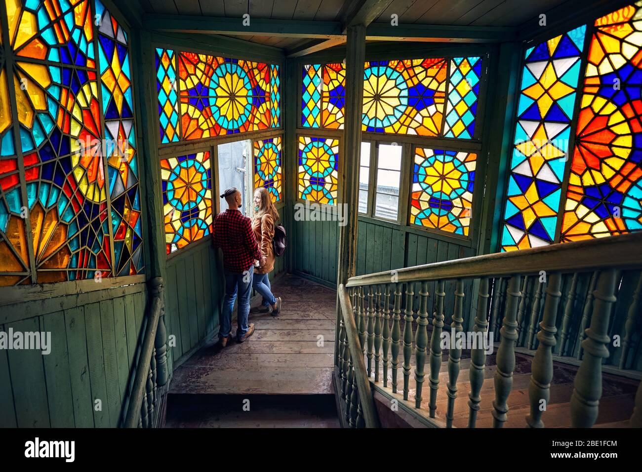 Romantisches Paar von Tourist am Balkon mit Treppe und buntes Mosaik Gläser in der Altstadt von Tiflis, Georgien. Stockfoto