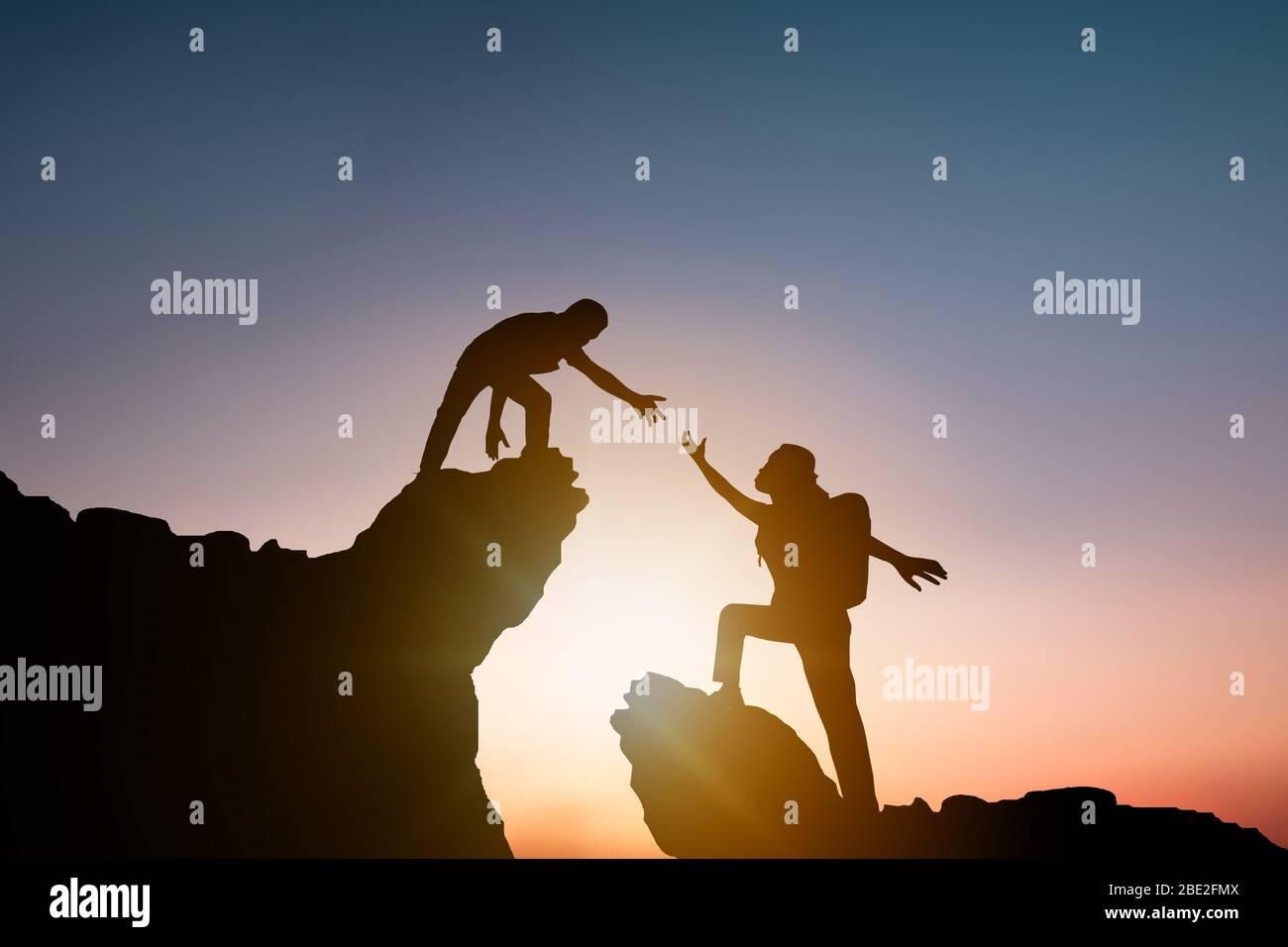 Helfen Und Verbessern Konzept Silhouette Menschen Helfen Anderen Wanderer Klettern Felsen Und Berge Stockfotografie Alamy