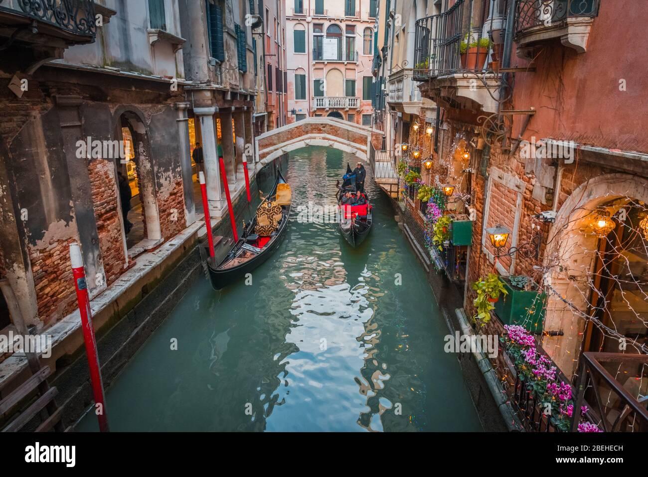 VENEDIG, VENETIEN / ITALIEN - DEZEMBER 26 2019: Blick auf die Straßen Venedigs vor der COVID-19-Epidemie Stockfoto