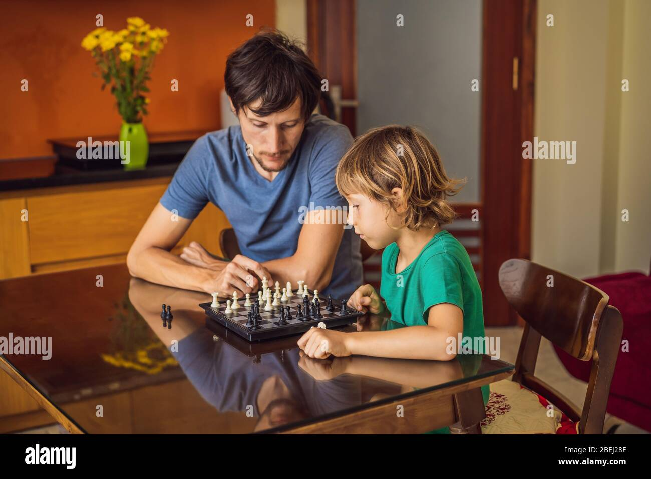 Happy Family spielen Brettspiel zu Hause Stockfoto
