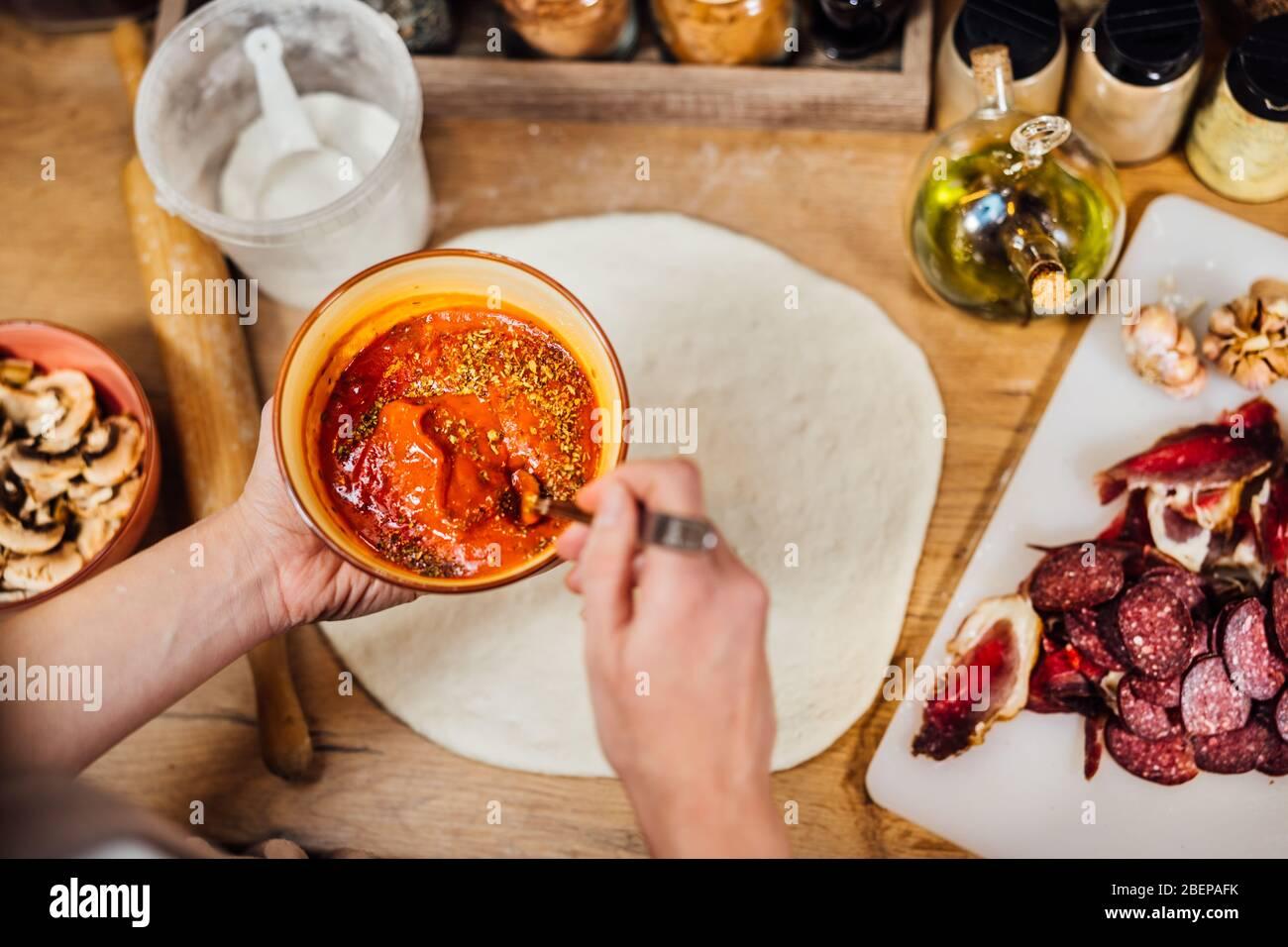 Einfache Hausgemachte Pizza Stockfotos Und Bilder Kaufen Alamy