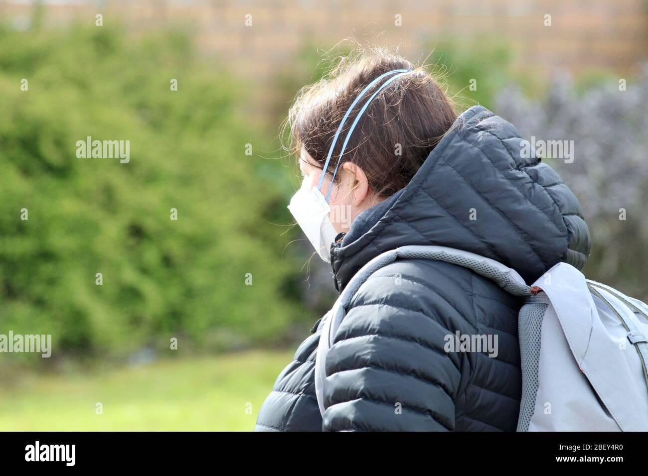 Frau das Tragen schützender Maske Stockfoto