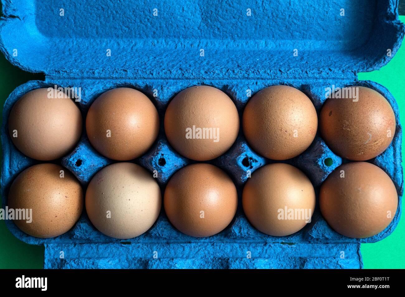 Bio-Hühnereier braun im Karton auf rustikalen Holztischhintergründen, natürliche gesunde Lebensmittel Konzepte Stockfoto