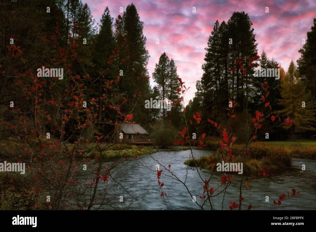 Herbstuntergang über dem Metolius River in Camp Sherman im Jefferson County im Zentrum von Oregon. Stockfoto