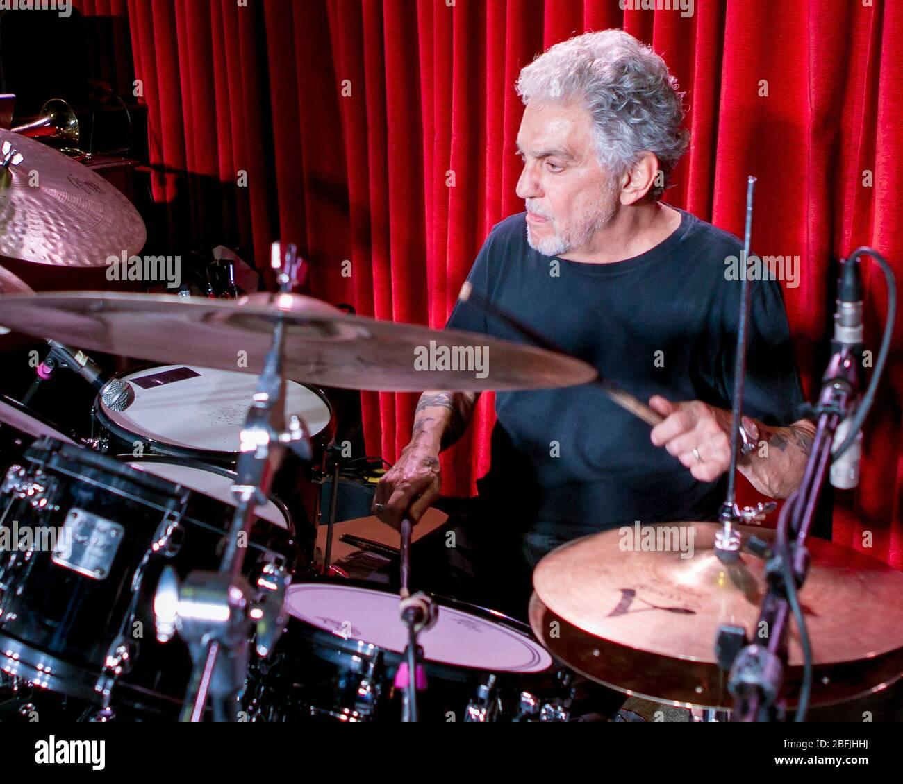 Schlagzeuger Steve Gadd wärmt sich vor einem Auftritt mit seiner Band, der Steve Gadd Band, im Catalina Jazz Club in Los Angeles, Kalifornien auf. Stockfoto