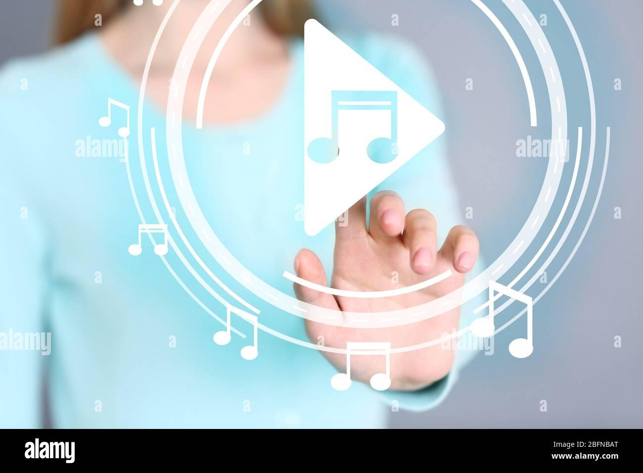 Frau drücken PLAY-Taste auf dem virtuellen Bildschirm, um Musik-Player, Nahaufnahme starten Stockfoto