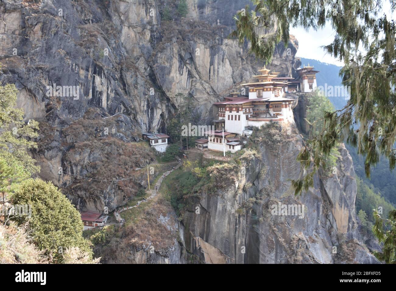 Das zum UNESCO-Weltkulturerbe gehörende Tigernest-Kloster (Paro Taktsang) ist Bhutans beliebteste touristische und kulturelle Anziehungspunkt und Beispiel für Dzong-Architektur. Stockfoto
