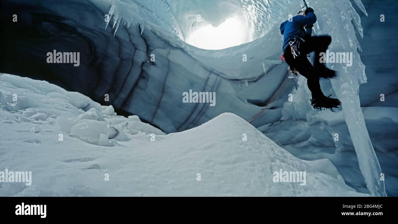 Eiskletterer beim Eiszapfen in der Höhle unter dem Langjokull Gletscher Stockfoto