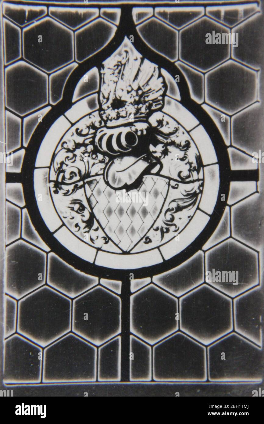 Feine 70er Jahre Vintage schwarz und weiß extreme Fotografie eines bleihaltigen Glas Design eines Emblems mit einem Ritter Helm Stockfoto