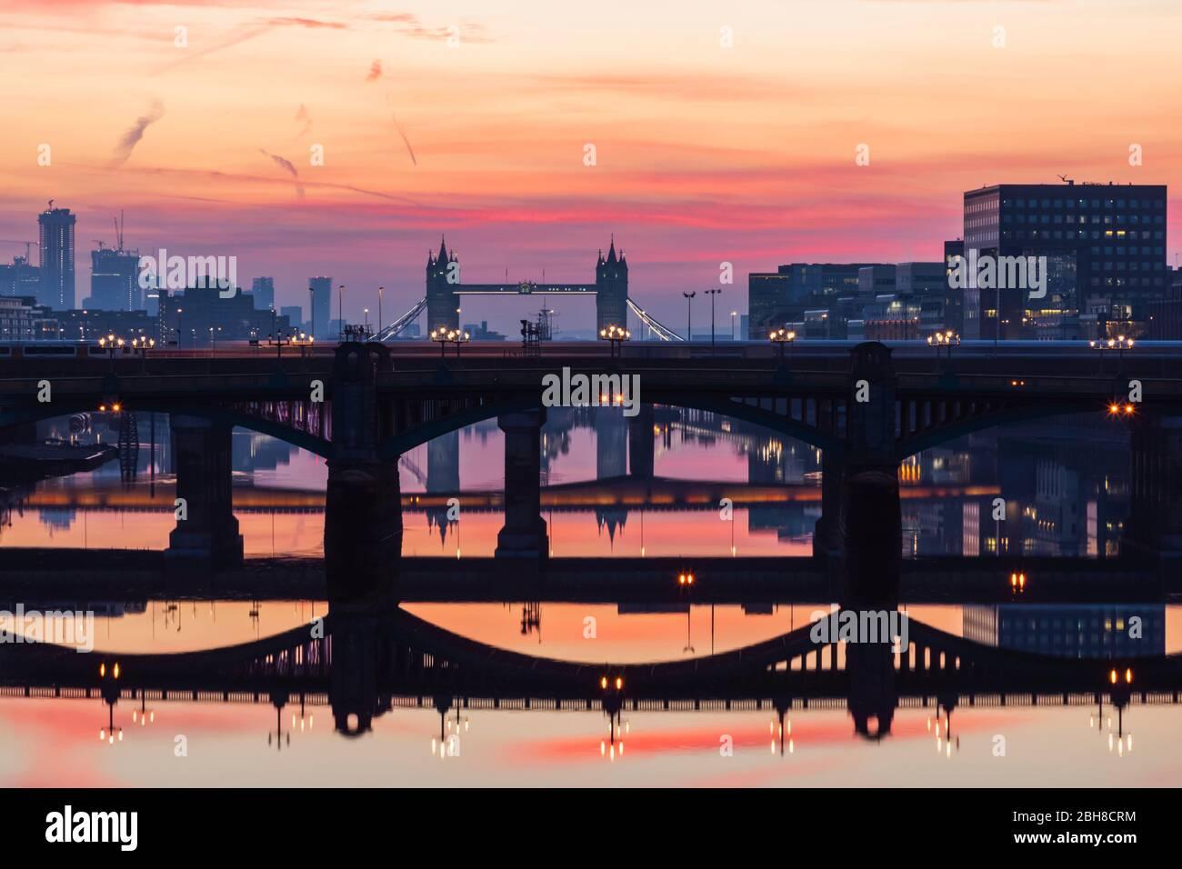 England, London, Southwark, London Bridge City, Reflexionen von Thames Brücken in der Morgendämmerung Stockfoto