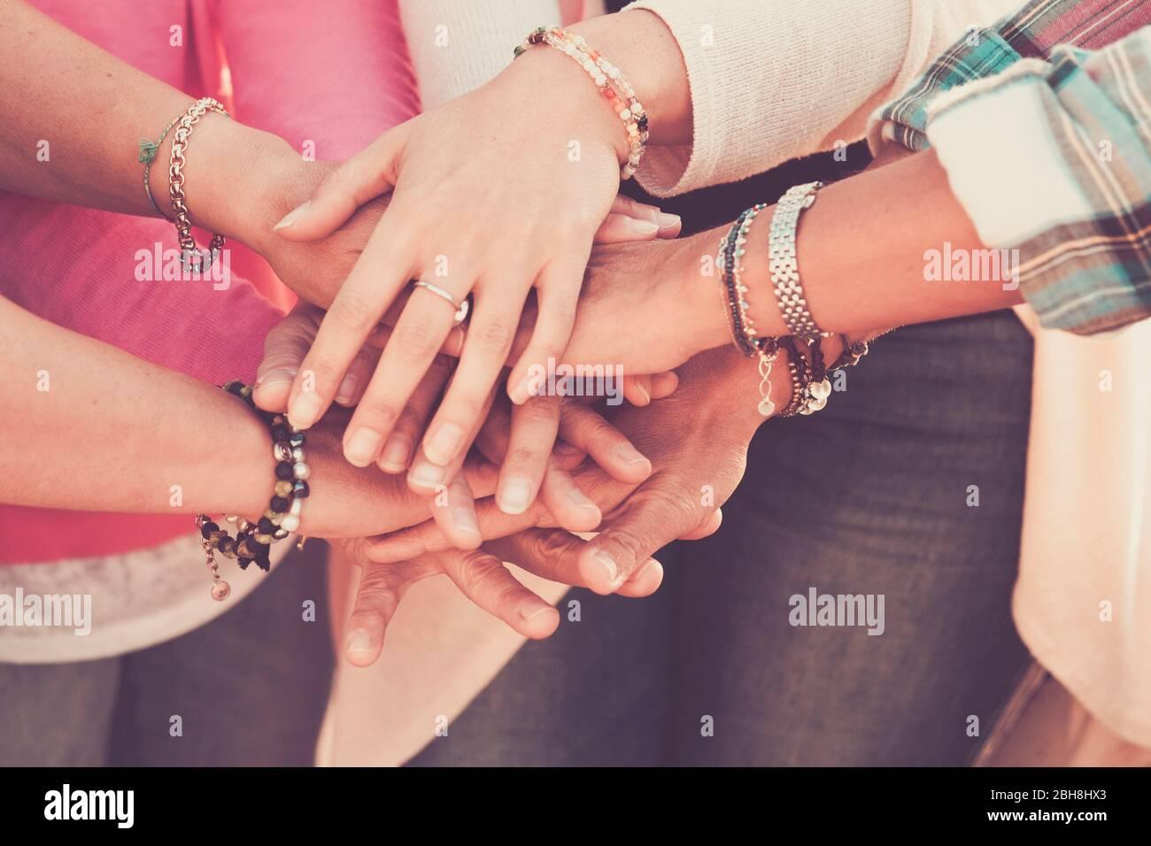 Teamwork und Freundschaft gemeinsam Konzept mit Händen an die Hand - Frauen Power Day für Arbeit und Freunde - kaukasischen Menschen Team in Vintage-Filterfarben Stockfoto
