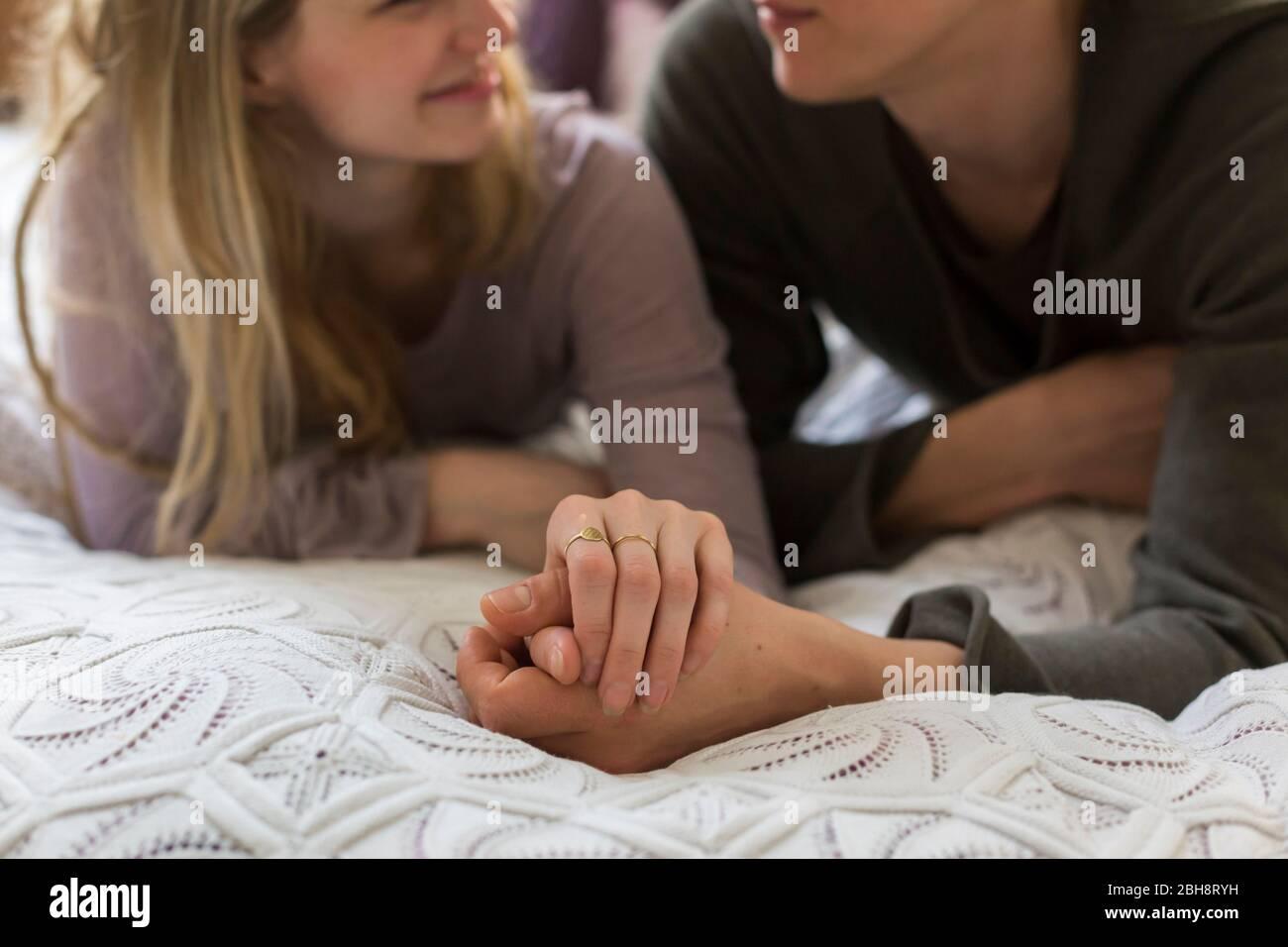 Liebevolles Paar, das die Hände auf einander liegen hält Stockfoto