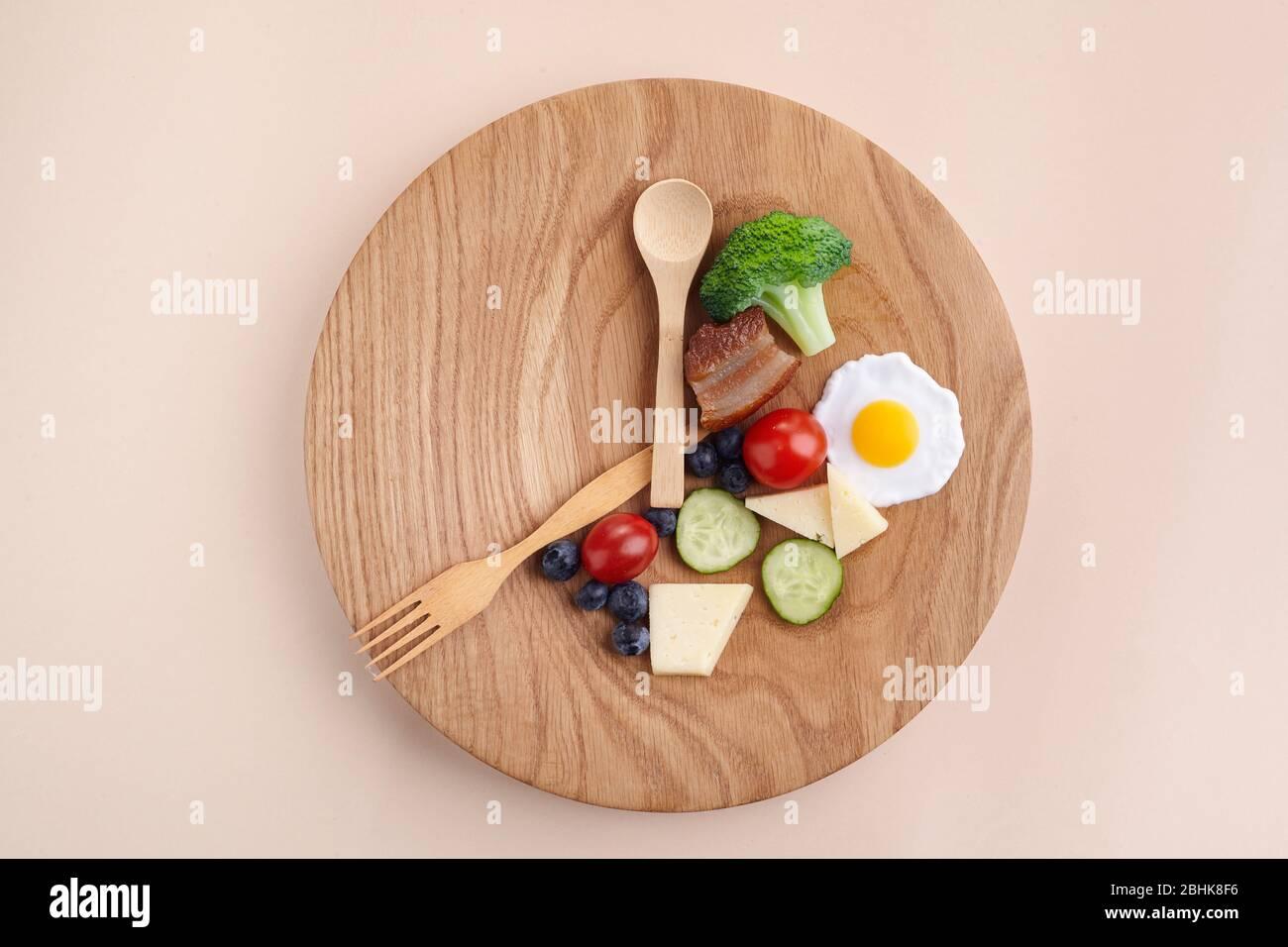 Intermittierendes Fasten. Gesundes Frühstück, Diät-Konzept. Bio-Menü. Fat Loss Konzept. Gewichtsverlust. Stockfoto