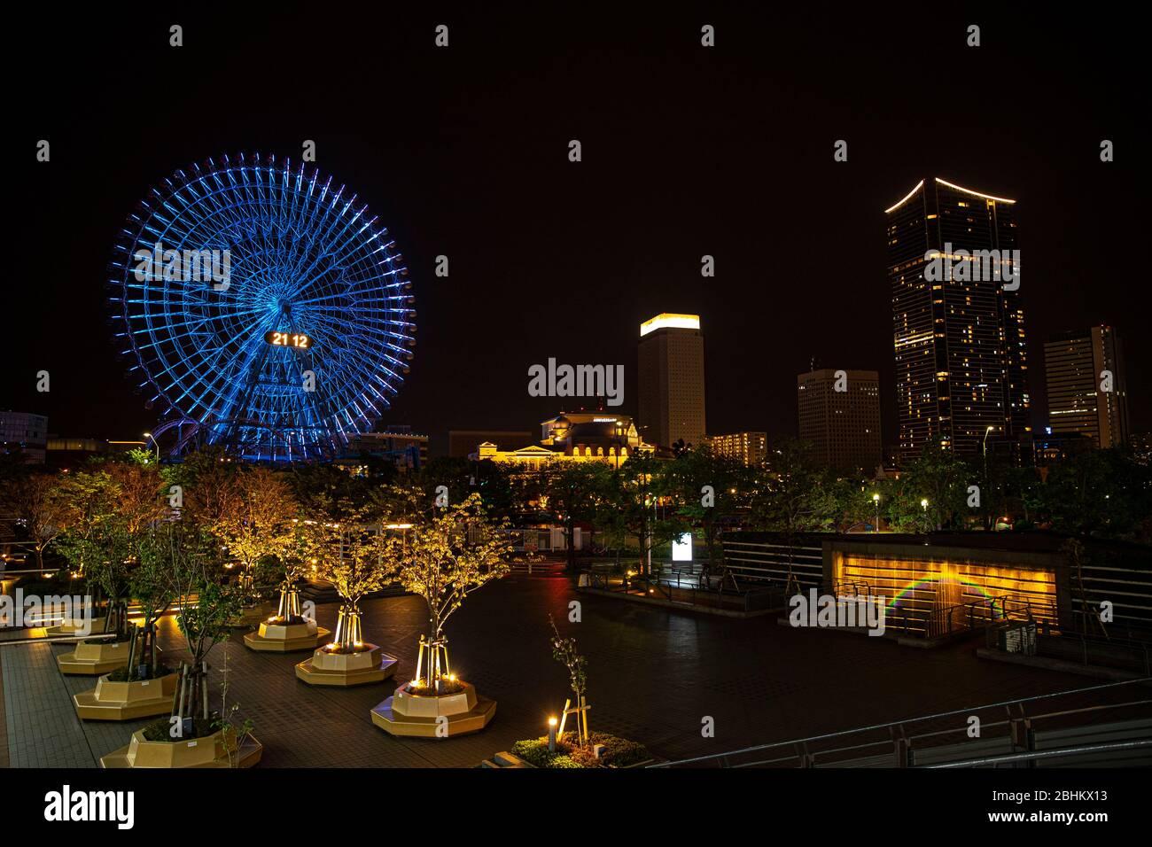 Das Riesenrad von Minatomirai -Cosmo Clock 21- leuchtet am 26. April 2020 in Kanagawa, Japan, blau auf, als Dank und Unterstützung für medizinisches Personal, das das neuartige Coronavirus inmitten der Viruspandemie bekämpft. Quelle: AFLO/Alamy Live News Stockfoto