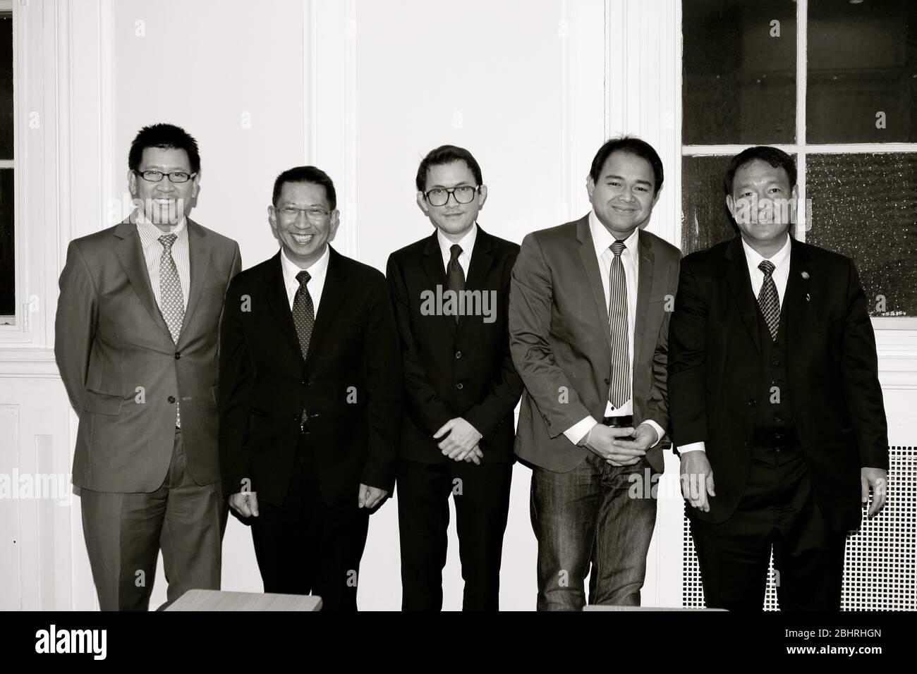 Im November 2012 . Ihre Exzellenz Frau Yingluck Shinawatra, Premierministerin des Königreichs Thailand, stattete dem Vereinigten Kigdom einen offiziellen Besuch ab. Eingeladen von Premierminister David Cameron. Der thailändische Premierminister wurde von wichtigen Mitgliedern des thailändischen Kabinetts begleitet. Am 13. November hatte der thailändische Premierminister eine Audienz mit der Königin. Am 14. November tauschten sich die beiden PM zu verschiedenen Fragen von gemeinsamem Interesse aus, bilateral, regional und global. Zum Ende dieses Treffens haben beide Staats- und Regierungschefs auf die Einrichtung eines strategischen Dialogs und einen neuen Mechanismus zugunsten beider Länder vereinbart. Stockfoto