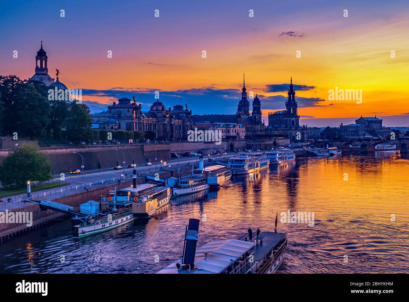 Dresden, Sachsen, Deutschland - Historische Sicht auf die Skyline der Altstadt bei Sonnenuntergang. Dresden, Sachsen, Deutschland - Historisches Altstadtpanorama bei Sonne Stockfoto