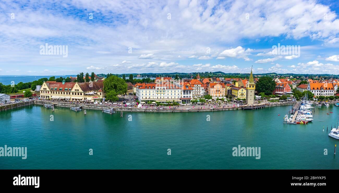 Blick über den Hafen zum Ufer von Lindau im Bodensee, Bayern, Deutschland, Europa. Panoramblick über Hafen und Hafenfront von Lindau im B Stockfoto