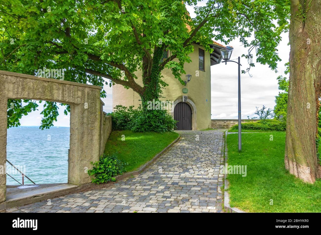 Der historische Schießpulverturm der Altstadtbefestigung am Nordwestufer der Lindauer Altstadt im Bodensee, Bayern, Deutschland, Europa Stockfoto
