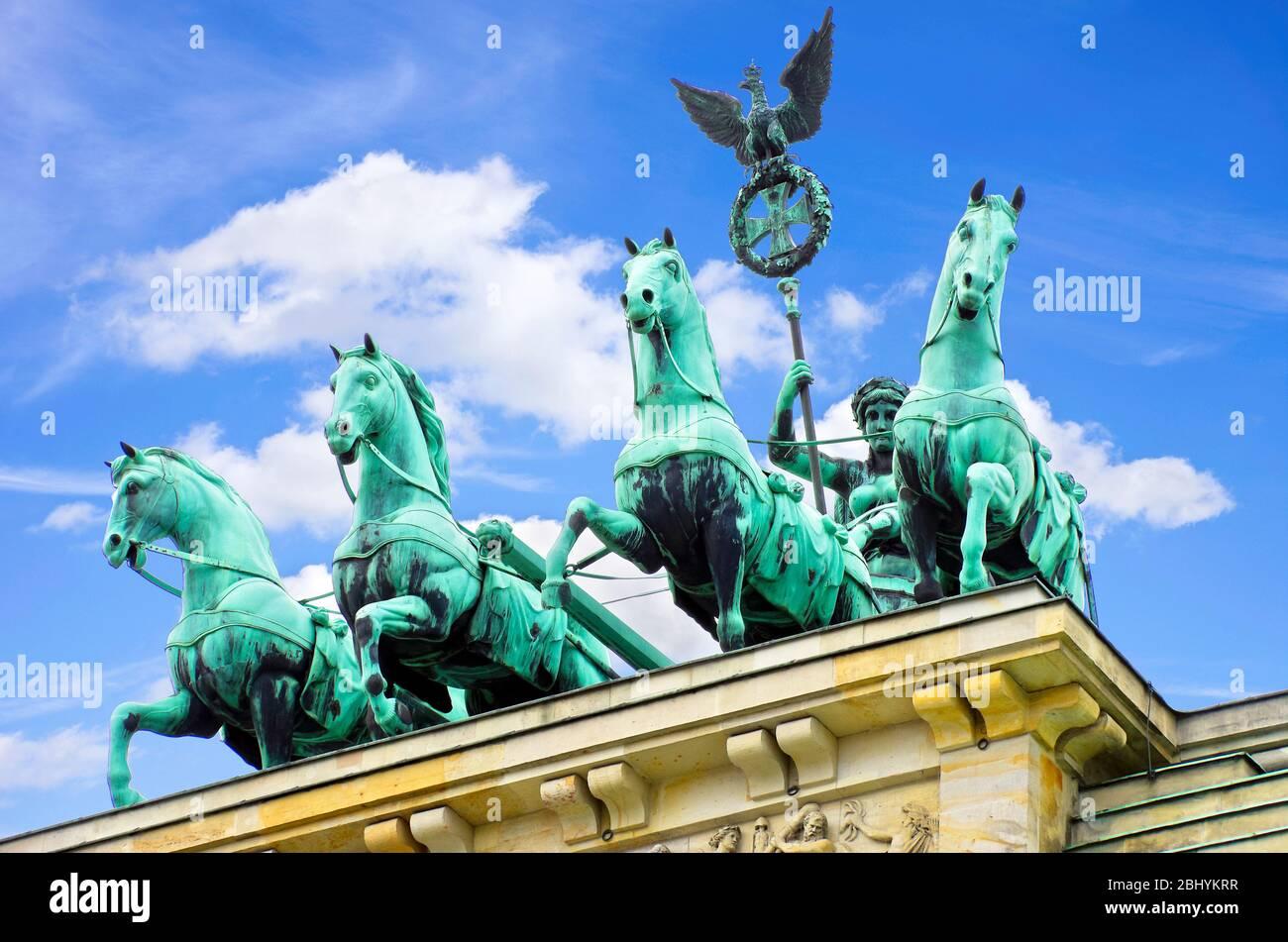 Berlin, Brandenburger Tor, Römische Quadriga mit der Germania. Berlin, Deutschland, Germania und römische Quadriga am Brandenburger Tor. Stockfoto