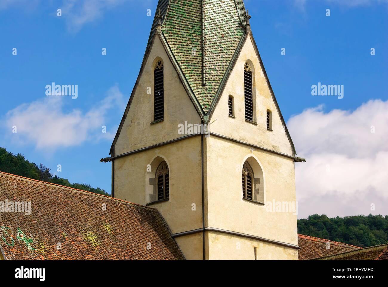 Detail des Daches und Kirchturms der Klosterkirche des Klosters Blaubeuren bei Ulm, Baden-Württemberg, Deutschland. Stockfoto
