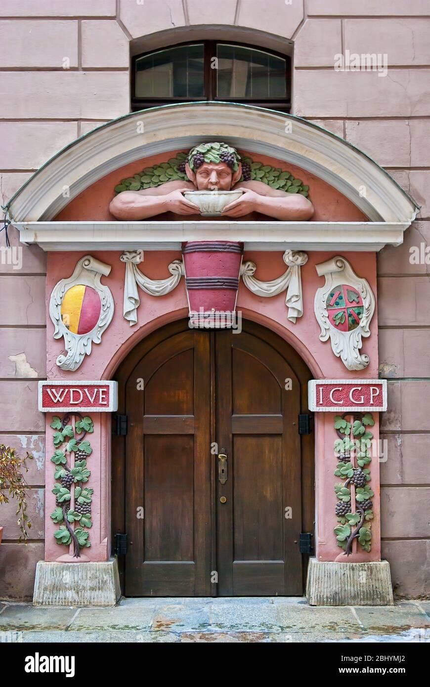 Historischer Eingang zu einem Weinkeller in der Altstadt von Dresden, Sachsen, Deutschland. Stockfoto