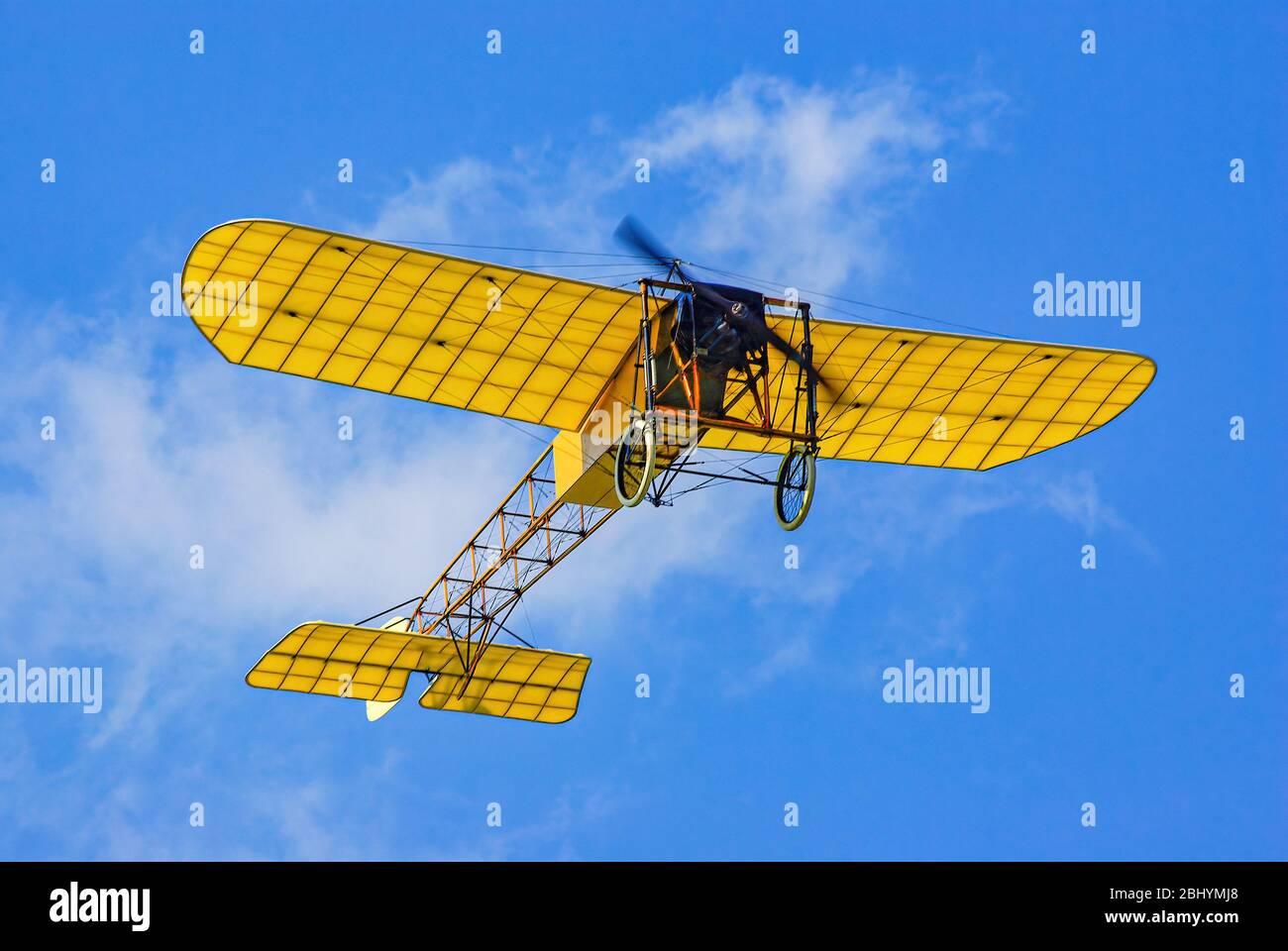 Überflug eines Vintage-Flugzeugs, eine Nachbildung des Bleriot XI. Stockfoto