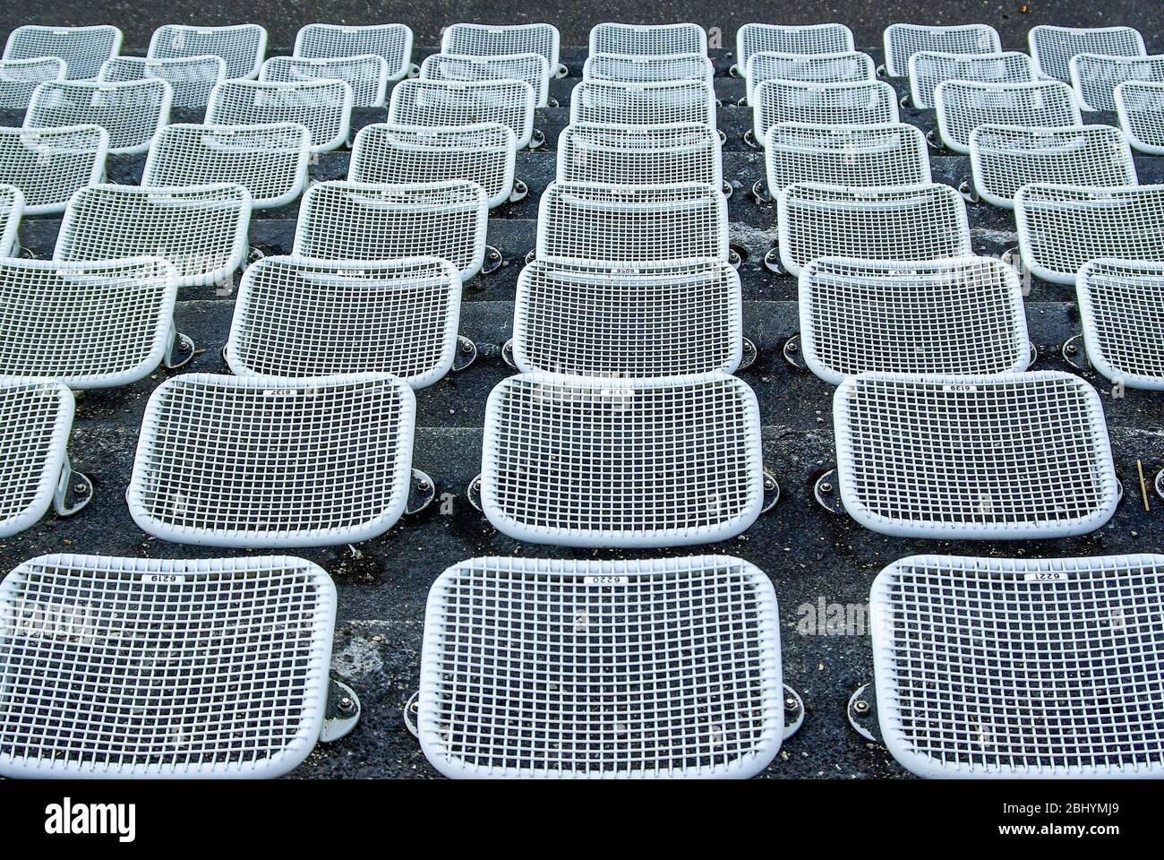 Leere Sitze und Reihen in einer Freiluftarena. Stockfoto