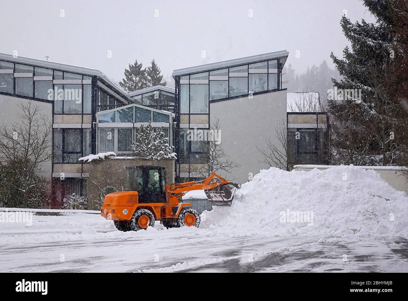 Radlader räumt Schnee. Stockfoto