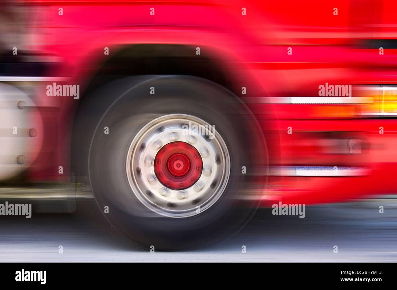 Schnell vorbeifahrende LKW, mit Spuren von Bewegung. Stockfoto