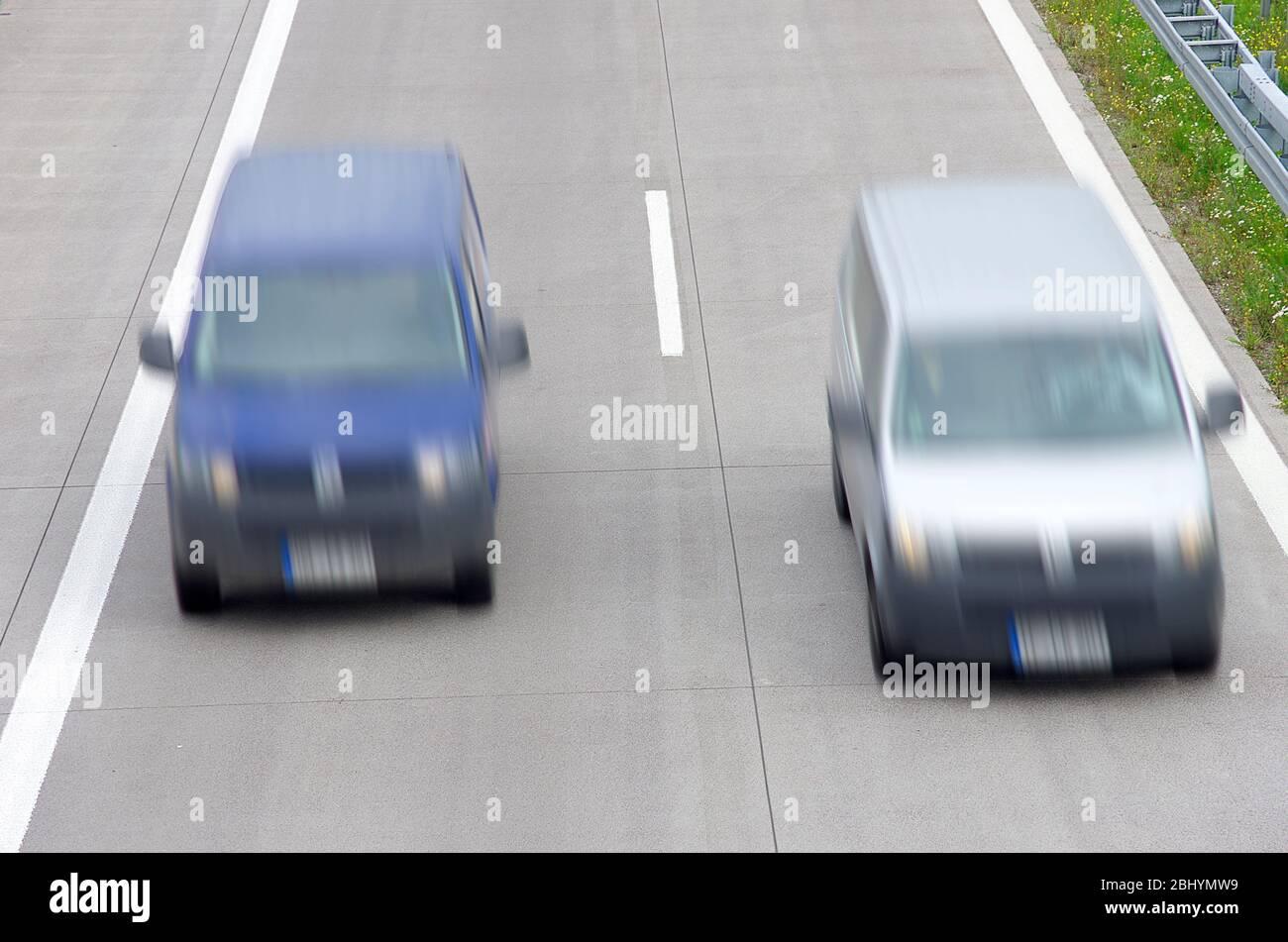 Ein Van überholen einen anderen auf der Autobahn. Stockfoto