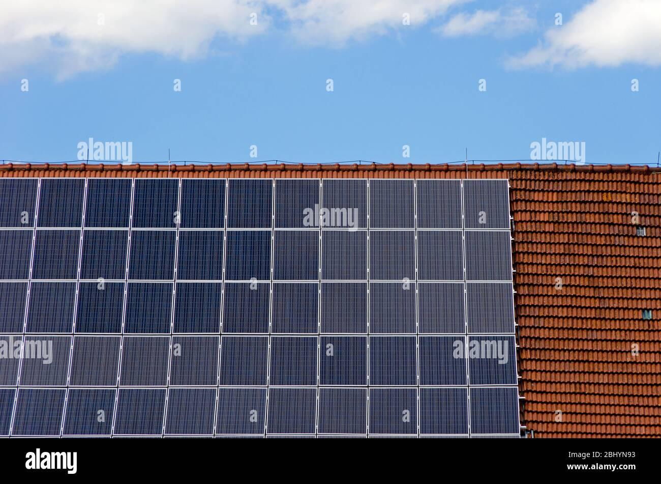 Photovoltaik-Anlage - kleine Solaranlage zur Selbstversorgung auf einem Hausdach. Stockfoto