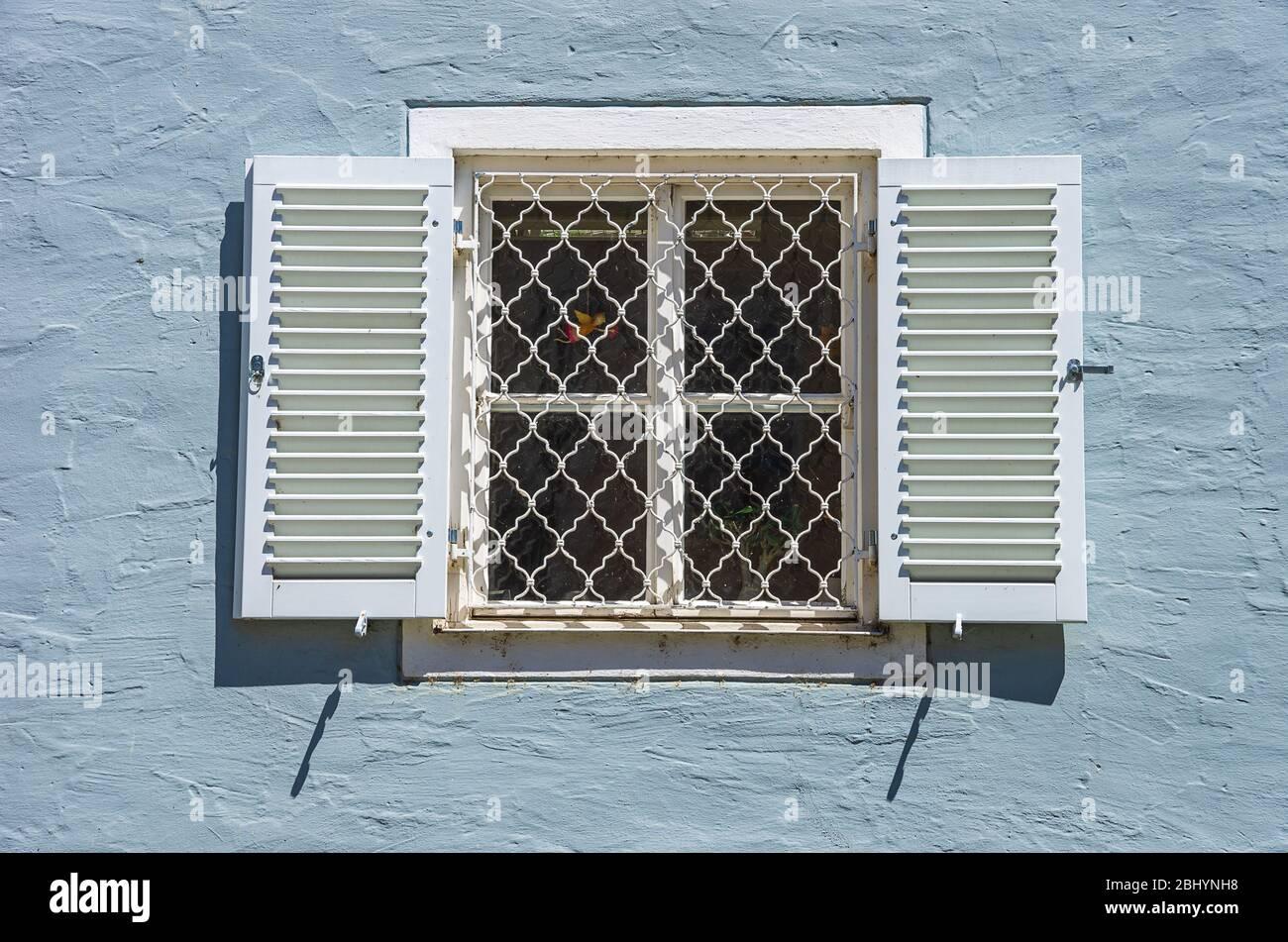 Fenster mit Fensterläden in der Altstadt von Lindau im Bodensee, Bayern, Deutschland. Stockfoto