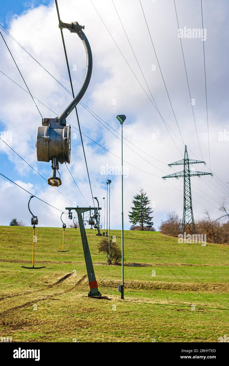 Die Skilifte stehen am Ende des Winters aufgrund der durch den Klimawandel verursachten schneefreien Pisten still. Stockfoto
