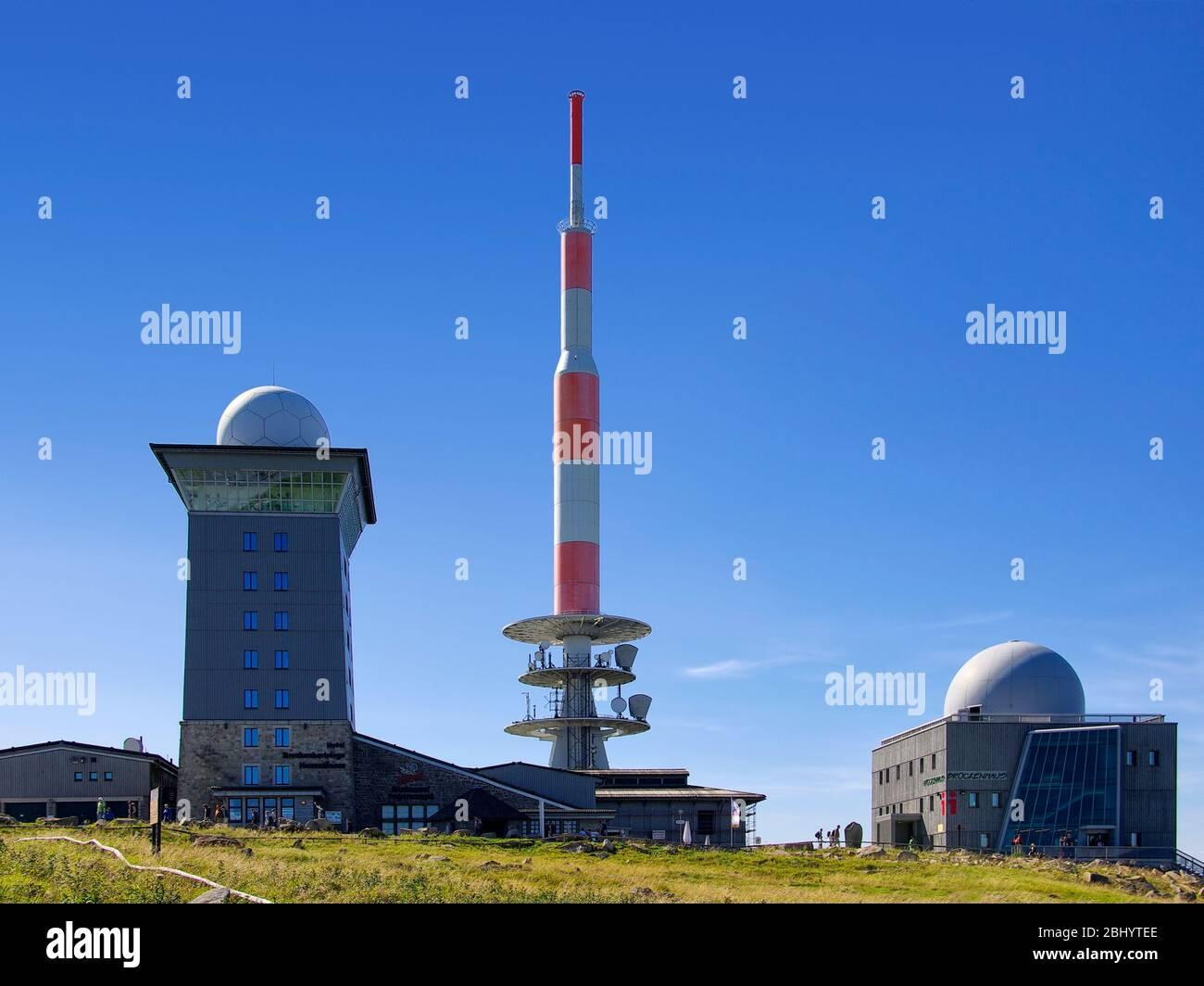 Brocken, Harz, Deutschland - 20. August 2010: Sender und Wetterstation mit touristischem Aufruhr am Brocken. Stockfoto