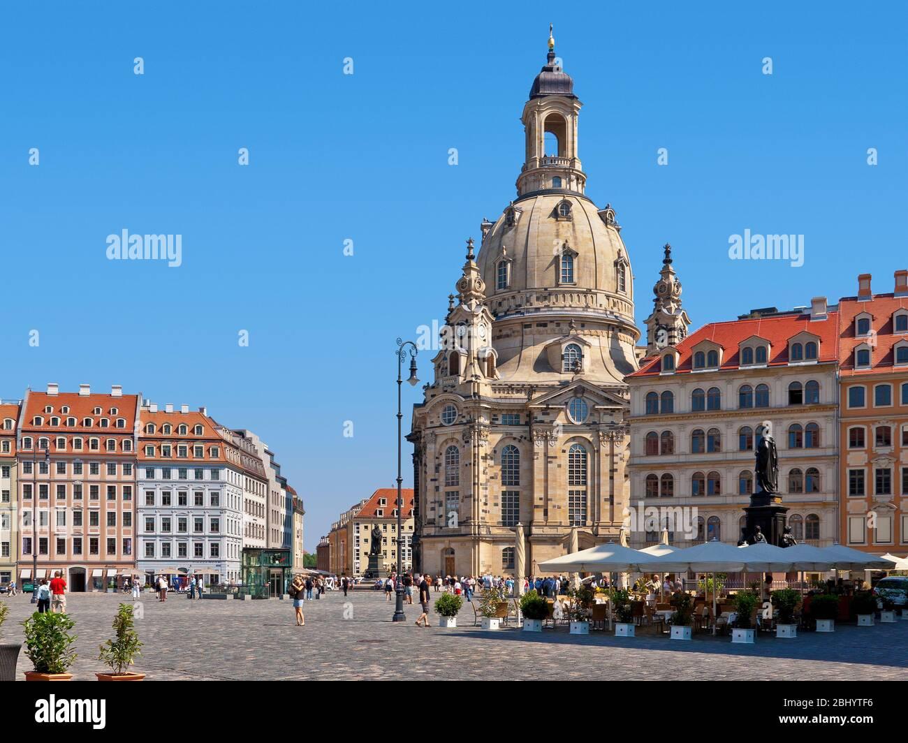 Die weltberühmte Dresdner Frauenkirche wird von tausenden Touristen besucht, wie man an dem überfüllten Platz vor ihr sehen kann. Stockfoto