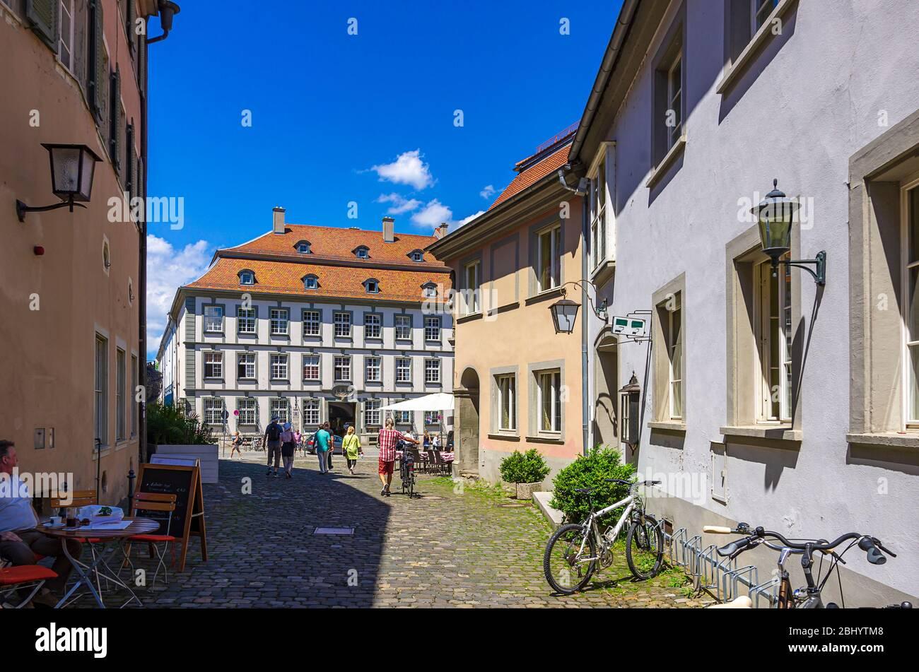 Städtische Szene auf der Lingg Straße und dem Marktplatz in der Altstadt von Lindau am Bodensee, Bayern, Deutschland, Europa. Stockfoto