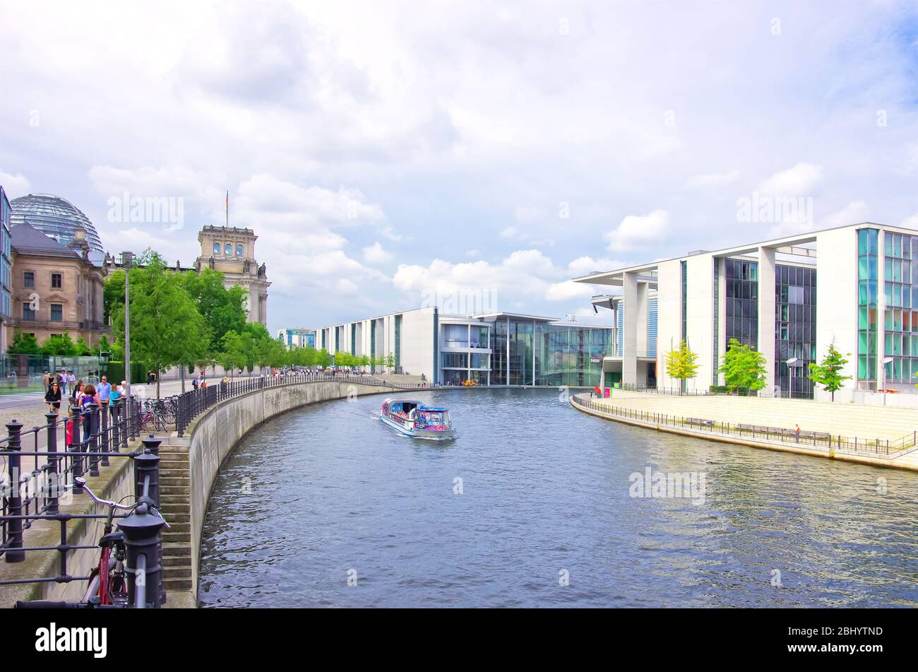 Berlin, Deutschland - 16. August 2012: Touristen fahren auf Ausflugsbooten auf der Spree im Regierungsbezirk Berlin. Stockfoto